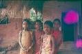 4.3-1984-Orissa-98-niñas-in-village0001